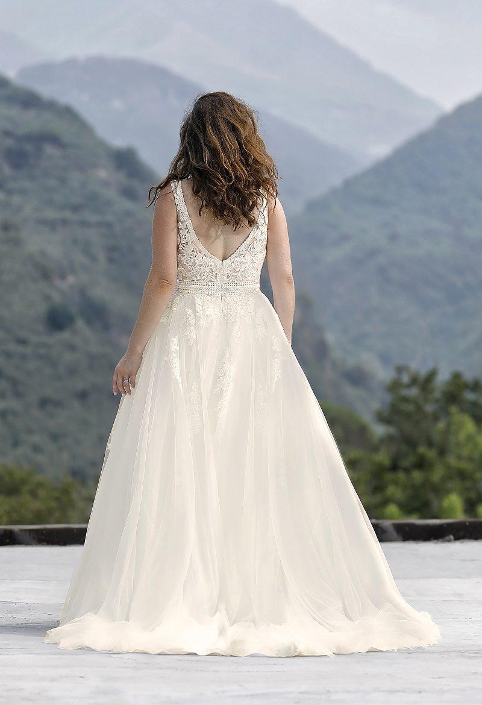 Grotere maat bruidsjurk met V hald en taille accent van Amelie achterkant