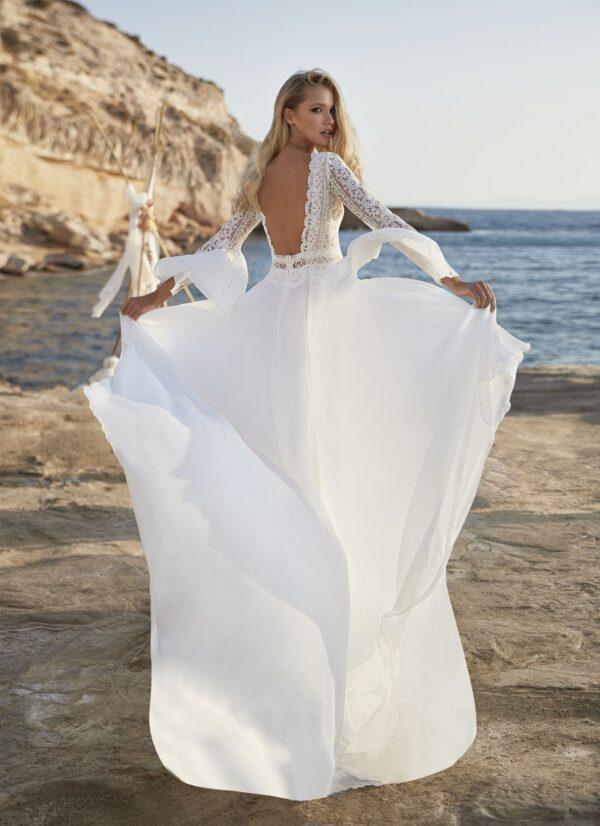 bruidsjurk in boho stijl van herve paris met lage rug en lange mouw