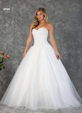 grote maat bruidsjurk met parels en een prinsessenrok