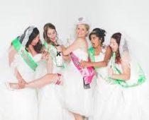 bruidsjurken passen voor de lol