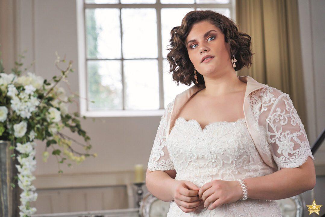 Grote maat trouwjurk met kant. In ivoor of blush. Met of zonder jasje verkrijgbaar. sweetheart neklijn, strapless en een mooi accent op de taille.